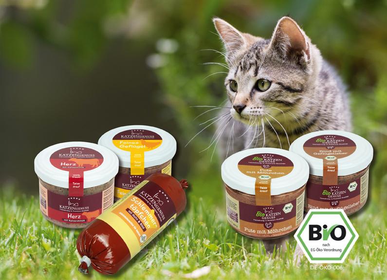 Zufriedener Hund mit den Produktsortiment für Katzen von APF
